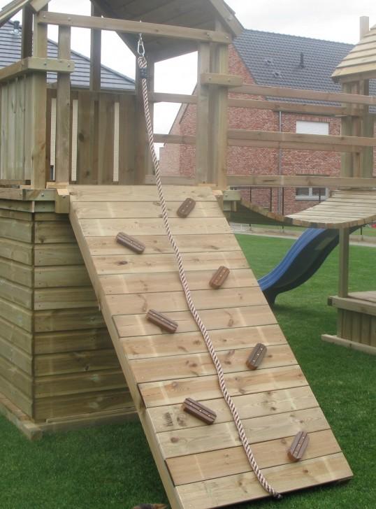 Kletterrampe mit Holzblocken