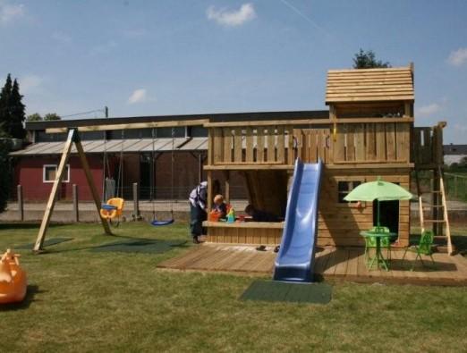 Spielturm Balkon mit großem Spielhaus und Sandkasten